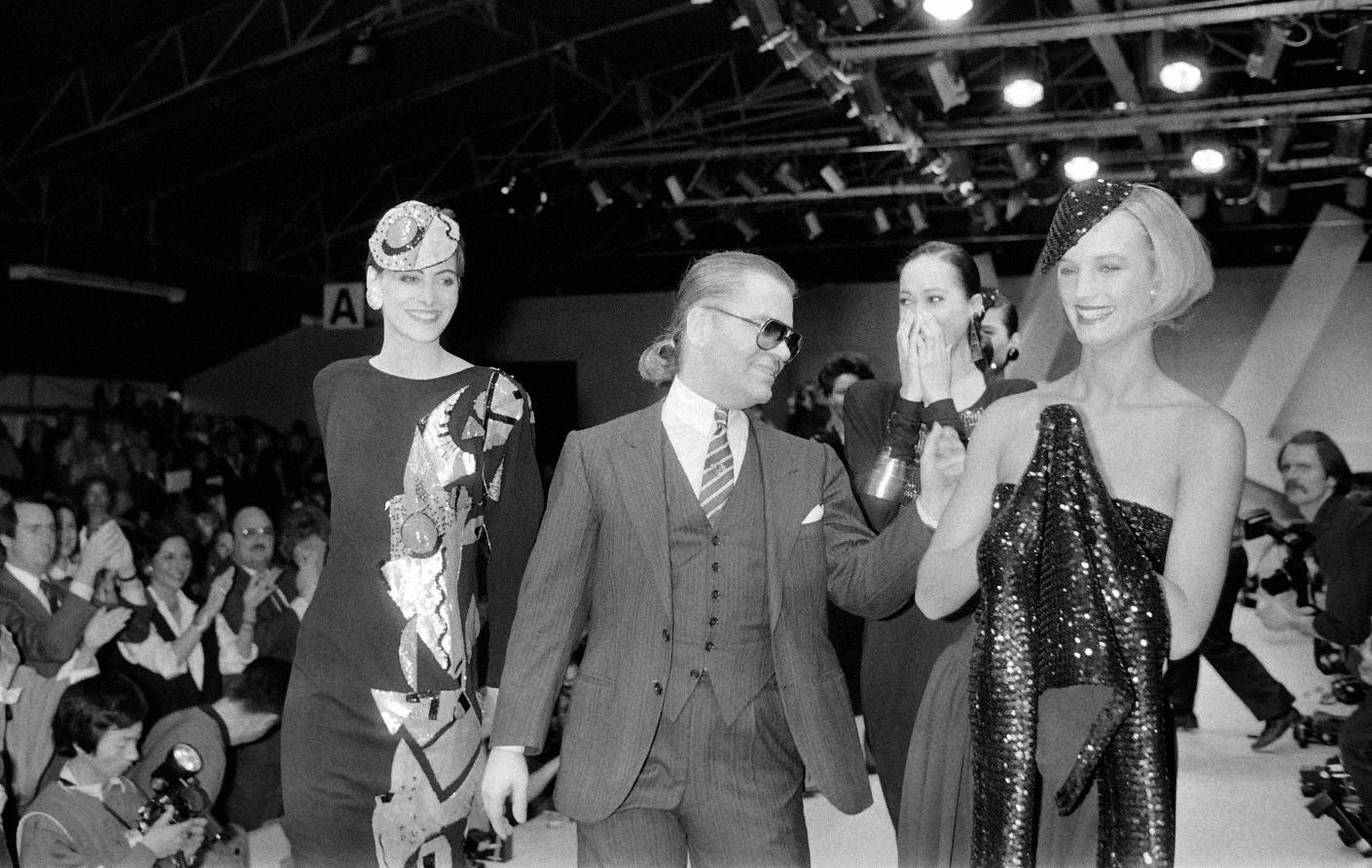 e859f281dc96 Карл Лагерфельд в финале показа первой коллекции для Chanel, 1983